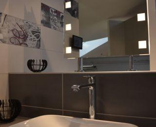 Bäderstudio Passail – Waschtisch mit beleuchtetem Spiegel