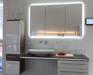 Bäderstudio Passail – Waschtisch und Spiegelschrank mit Beleuchtung